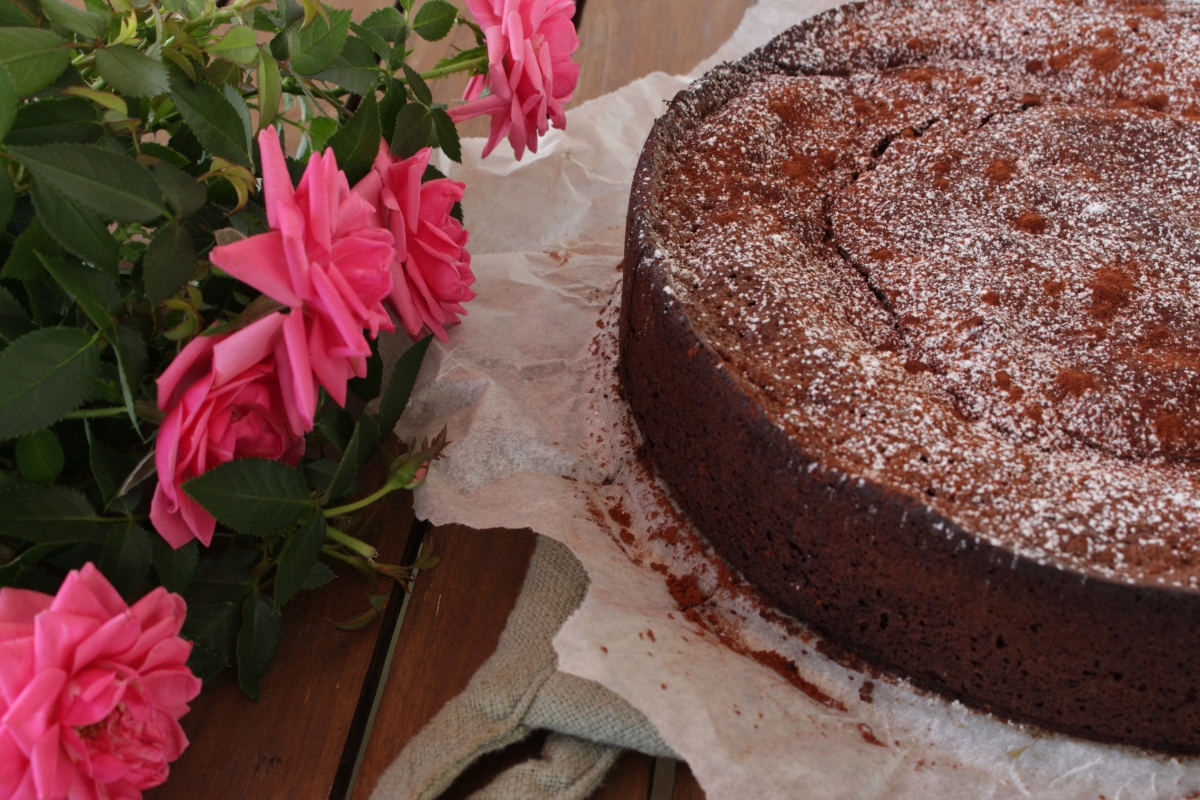 Mørk sjokoladekake uten sukker, gluten og melk